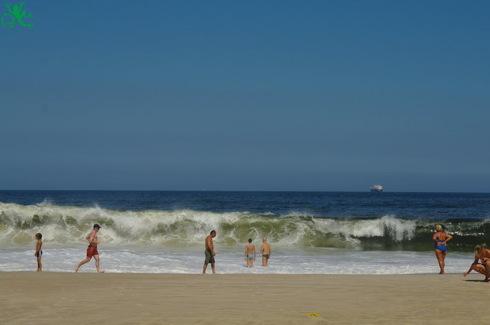 Волны при полном штиле большая